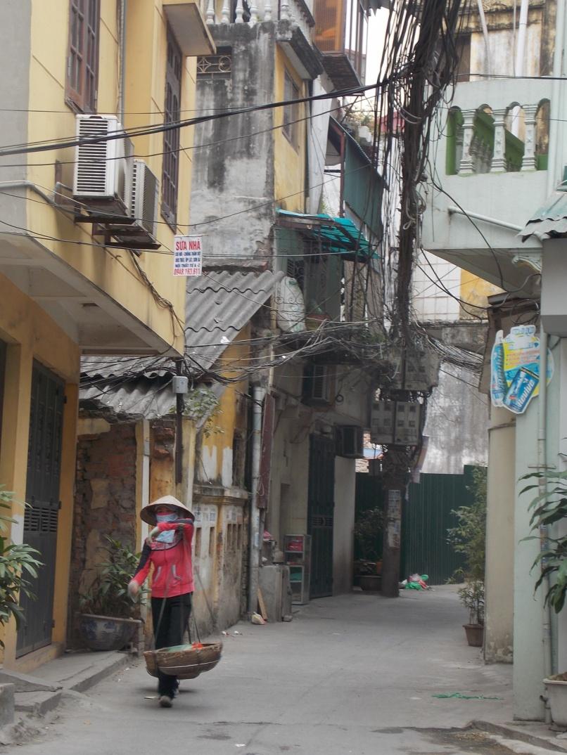 Mažutės Vietnamietės moterėlės nešioja neįtikėtinai sunkius krepšius – nuo ryto iki vakaro